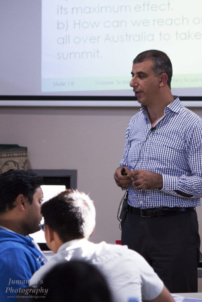Mehmet Ozalp of ISRA facilitates discussion during the program.